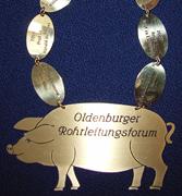 Halskette mit Messingemblem: Grünkohlköniging beim Rohrleitungsforum in Oldenburg