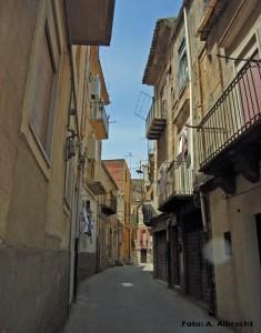 enge Straßen in der Altstadt von Caltanissetta mit beige-braunen Häusern