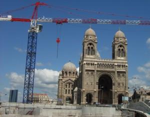 Blick auf Kathedrale und Baukraene