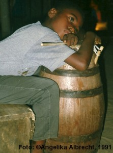 müder Trommler in Ghana