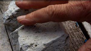 Bimssteine sind schwimmende Steine. Hier ein Stück Bims in der Hand. Foto: Angelika Albrecht